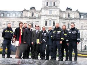 Le maire de Côte Saint-Luc Anthony Housefather, les conseillers Glenn J. Nashen et Dida Berku, ainsi que les bénévoles et le personnel des SMU devant l'Assemblée législative du Québec.